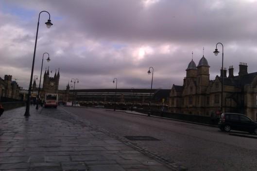 Suasana lewat stesen kereta api Bristol Temple Meads pagi Ahad - damai, tenang dan sepi.