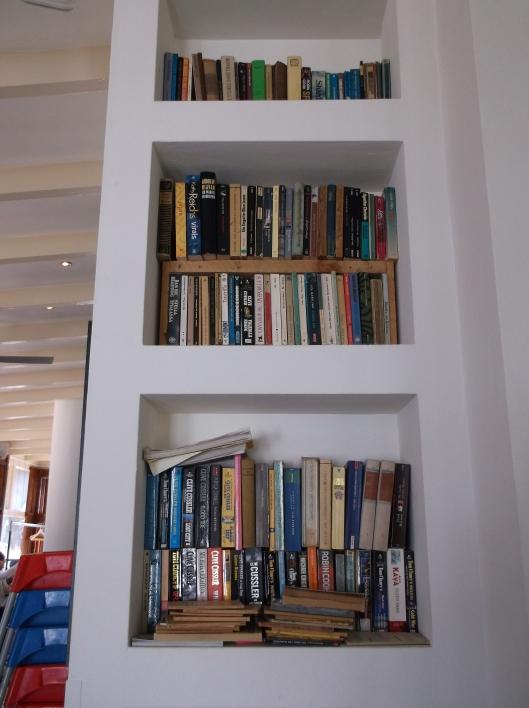 Rak buku di Kedai Kopi Melkhuis, Vondelpark.
