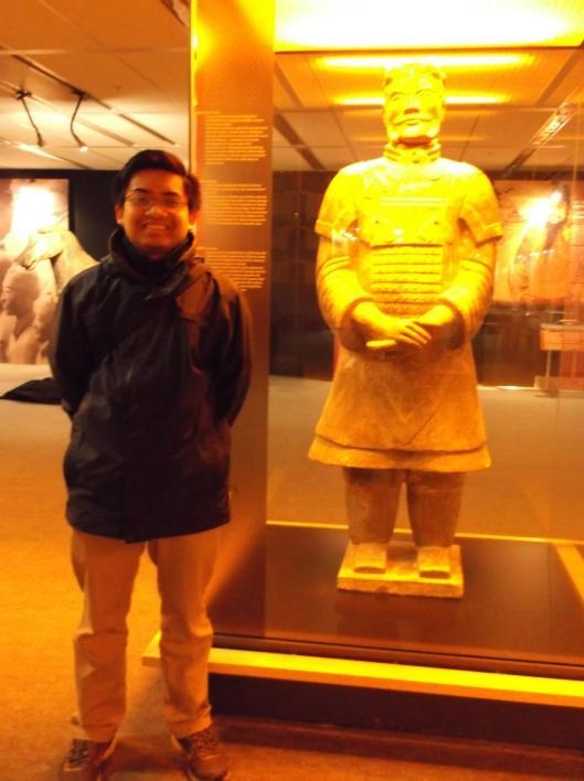 Berdiri di sebelah patung Jeneral angkatan Qin. Mungkinkah ini wajah Jeneral Wang Jian yang sungguh berjasa meluaskan kuasa Qin?