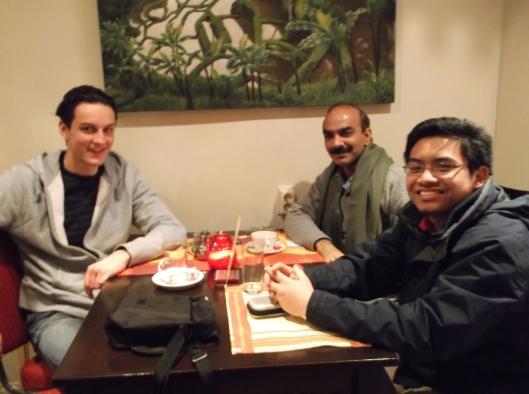 Bersama David dan Tariq, makan malam di restoran Dayang, Den Haag.