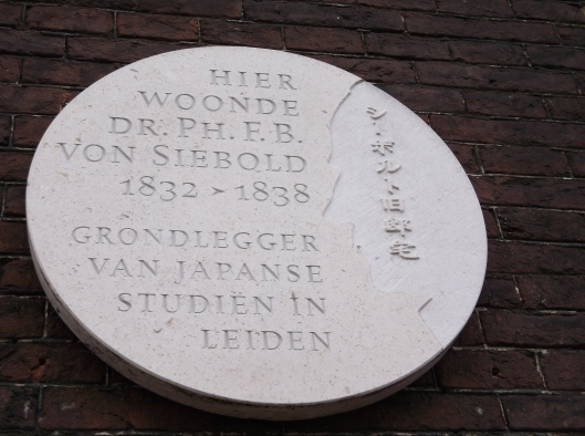 Plak di dinding berhampiran pintu masuk rumah Philipp Franz von Siebold yang kini dijadikan muzium.