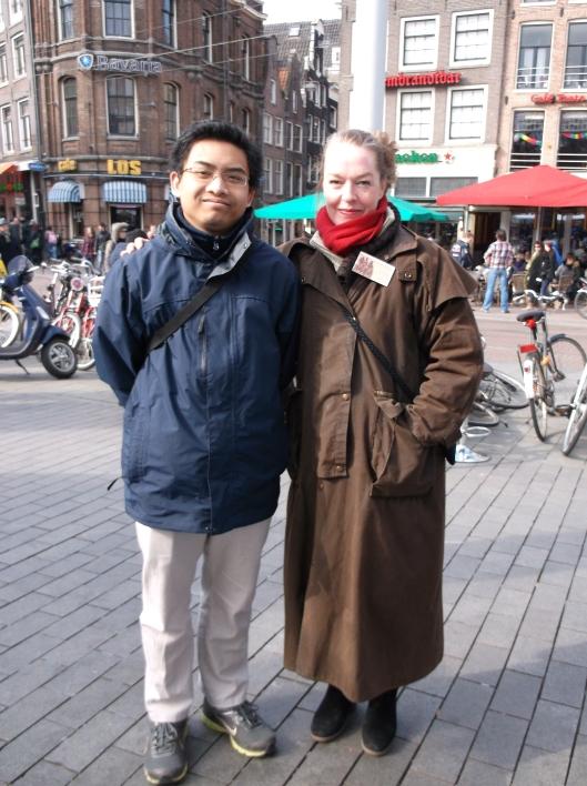 Bersama wanita penjual arca gangsa. Pasar Seni Rembrandt, Amsterdam.