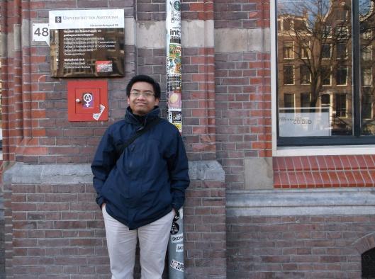 Di hadapan bangunan VOC yang kini menjadi salah satu bangunan Universiti Amsterdam.