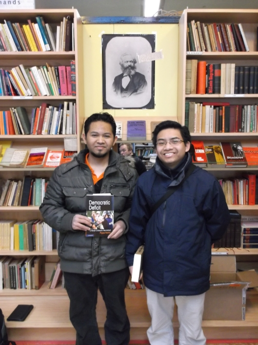 Bersama Muein di 'kedai buku kiri' berlatar belakangkan potret Marx.