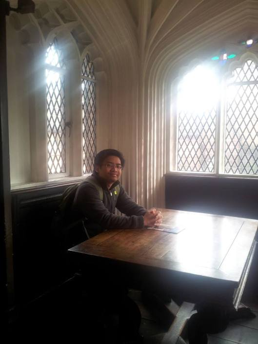 Di sudut kecil inilah, Marx dan Engels selalu duduk-duduk, membaca, berbahas dan menulis. Di Chetham's Library, Manchester. Chetham merupakan perpustakaan tertua yang masih berfungsi di England. Buku-buku yang pernah dirujuk Marx dan Engels juga masih ada di raknya.